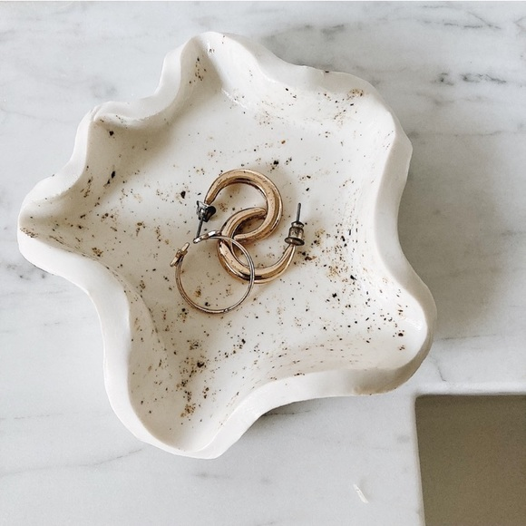 Speckled White Wavy Edge Ring Dish